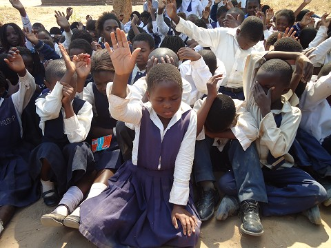 African-children-on-their-knees-praying